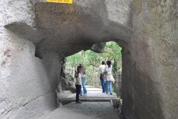 トンネルをくぐ る.jpg
